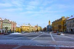 VIlnius Lithuania, Styczeń, - 05, 2017: Niewiadomi ludzie iść wzdłuż ulicy w Starym miasteczku, Vilnius, Lithuania Obrazy Stock