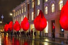 VIlnius Lithuania, Styczeń, - 01, 2017: Niewiadomi ludzie iść wzdłuż ulicy w Starym miasteczku, Vilnius, Lithuania Zdjęcia Stock