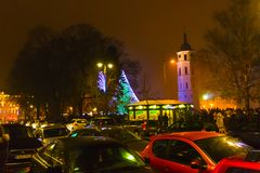 VIlnius Lithuania, Styczeń, - 01, 2017: Niewiadomi ludzie iść wzdłuż ulicy w Starym miasteczku, Vilnius, Lithuania Zdjęcia Royalty Free