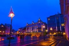 VIlnius Lithuania, Styczeń, - 01, 2017: Niewiadomi ludzie iść wzdłuż ulicy w Starym miasteczku, Vilnius, Lithuania Obrazy Stock