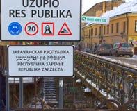 VIlnius Lithuania, Styczeń, - 05, 2017: Wejście znak republika Uzupis, bohemic sąsiedztwo w Vilnius Obraz Stock