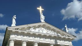 Vilnius, Lithuania Tiro deslizante liso do frontão próximo da basílica da catedral de St Stanislaus A cruz brilhante dourada obté vídeos de arquivo