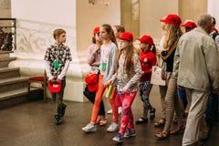 Vilnius, Lithuania Visita das crianças da basílica da catedral de S Fotos de Stock Royalty Free