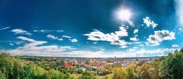 Vilnius, Lithuania Vista panorâmica da arquitetura da cidade Center histórica da cidade velha sob o céu dramático Imagens de Stock Royalty Free
