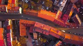 VILNIUS, LITHUANIA - widok z lotu ptaka samochodu jeżdżenie w wąskich ulicach zdjęcie wideo
