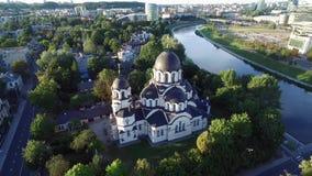 VILNIUS, LITHUANIE - 12 AOÛT 2018 : Église de notre Madame du connexion Vilnius, Lithuanie Le Parlement lithuanien à l'arrière-pl banque de vidéos
