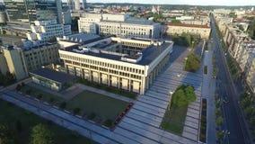 VILNIUS, LITHUANIE - 6 AOÛT 2018 : Le Parlement et Bibliothèque nationale lithuaniens à l'arrière-plan clips vidéos