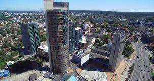 VILNIUS, LITHUANIE - 3 AOÛT 2018 : Municipalité de Vilnius au fond et au district des affaires clips vidéos