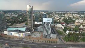VILNIUS, LITHUANIE - 3 AOÛT 2018 : Municipalité de Vilnius au fond et au district des affaires banque de vidéos