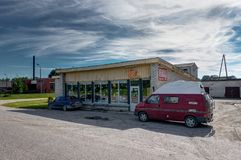 VILNIUS, LITHUANIE - août 2018 : Stationnement rouge de Volkswagen T4 devant un petit et vieux supermarché images libres de droits