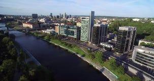 VILNIUS, LITHUANIE - 6 AOÛT 2018 : Triangle d'affaires de Vilnius avec la rivière Neris In Foreground banque de vidéos
