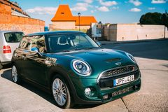 Vilnius, Lithuanie Bastion de Mini Cooper Car Parking Near de couleur verte Image stock