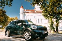 Vilnius, Lithuanie Cathédrale de Mini Cooper Car Parking Near de couleur verte de Theotokos à Vilnius Photographie stock libre de droits