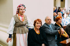 Vilnius, Lithuanie Femme habillée dans le costume folklorique traditionnel dedans Photo stock