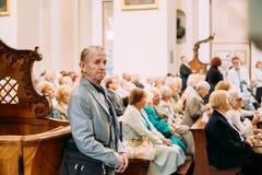 Vilnius, Lithuanie Homme priant dans la basilique de cathédrale des saints Photographie stock libre de droits