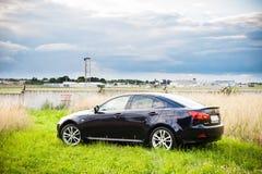 VILNIUS, LITHUANIE - 10 JUILLET 2012 : Lexus Car de luxe Aéroport international de Vilnius à l'arrière-plan Photo libre de droits