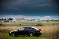 VILNIUS, LITHUANIE - 10 JUILLET 2012 : Lexus Car de luxe Aéroport international de Vilnius à l'arrière-plan Image stock