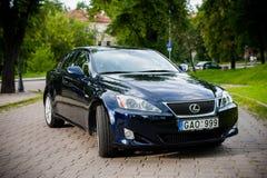 VILNIUS, LITHUANIE - 10 JUILLET 2012 : Lexus Car de luxe Herbe verte et parc à l'arrière-plan Image stock