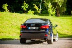 VILNIUS, LITHUANIE - 10 JUILLET 2012 : Lexus Car de luxe Herbe verte et parc à l'arrière-plan journée sunlight Image stock