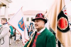 Vilnius, Lithuanie Les gens se sont habillés dans la prise traditionnelle de costumes Images libres de droits