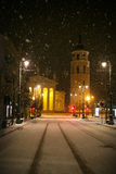 Vilnius, Lithuanie - neige Vilnius, tour de soirée d'hiver de Gediminas Image stock