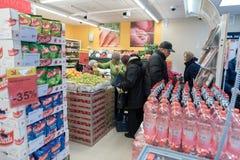 VILNIUS, LITHUANIE - 10 NOVEMBRE 2016 : Les gens en Maxima Shop Mall en Lithuanie Une des boutiques de les plus populaires en Lit Photos stock