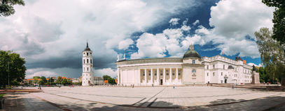 Vilnius, Lithuanie Panorama de chapelle et de cathédrale de tour de Bell Photos stock