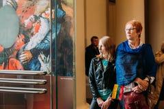Vilnius, Lithuanie Paroissiennes de personnes dans la basilique de cathédrale de Images libres de droits