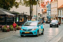 Vilnius, Lithuanie Taxi intelligent de voiture de verso de Toyota passant Didzioji Image libre de droits