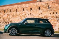 Vilnius, Lithuanie Vue de côté de bastion de Mini Cooper Car Parking Near de couleur verte Photographie stock libre de droits