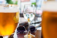 VILNIUS LITHUNIA - JULI 10, 2012: Exponeringsglas av vatten på tabellen i restaurang Arkivfoton