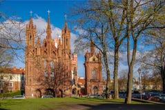 Vilnius, Litouwen 30 April 2017 De Kerk van St Anne sinds 1495 Rode bakstenen muren en grote Vensters stock foto