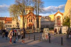 Vilnius, Litouwen 30 April 2017 De straatkunstenaars verkopen hun schilderijen in de oude stad royalty-vrije stock foto