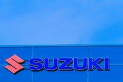 Vilnius, Litouwen 12 April, 2018: Suzuki-het handel drijventeken op de muur Suzuki is een Japans multinationaal bedrijf Stock Foto