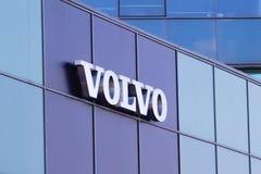 Vilnius, Litouwen 12 April, 2018: Volvo-embleem op een muur Volvo is een Zweedse gevestigde premie automobiele fabrikant Royalty-vrije Stock Foto's
