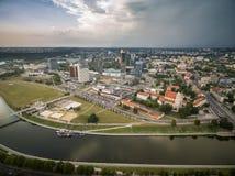 VILNIUS, LITOUWEN - AUGUSTUS 13, 2018: Vilnius Bedrijfsdistrict met Stadsgemeente, Rivier Neris, Oude Stad op Achtergrond Lithua royalty-vrije stock foto's