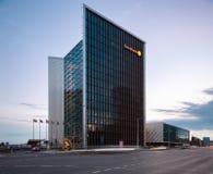 VILNIUS, LITOUWEN - AUGUSTUS 10, 2018: Vilnius de stad in met Swedbank-de Bouw en Onscherpe Voertuigen wegens Lange Blootstelling stock foto's