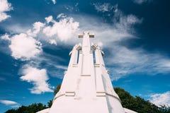 Vilnius, Litouwen Beroemd Wit Monument Drie Kruisen op de Sombere Heuvel in de Zomer Sunny Day royalty-vrije stock fotografie