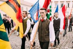 Vilnius, Litouwen De mensen gekleed in traditionele kostuums nemen Stock Foto