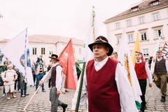 Vilnius, Litouwen De mensen gekleed in traditionele kostuums nemen Stock Fotografie