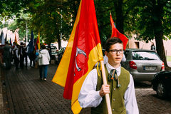 Vilnius, Litouwen De mensen gekleed in traditionele kostuums nemen Stock Afbeeldingen