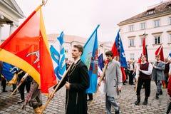 Vilnius, Litouwen De mensen gekleed in traditionele kostuums nemen deel Stock Foto's