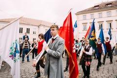 Vilnius, Litouwen De mensen gekleed in traditionele kostuums nemen deel Royalty-vrije Stock Foto