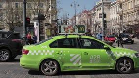 Vilnius, Litouwen De Straat van Volkswagen Jetta Taxi Car Moving In in de Lentedag stock footage