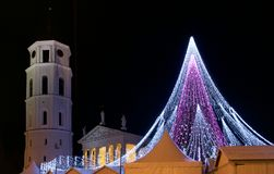 VILNIUS, LITOUWEN - December 02: mening van Gediminas-aveniu in Vilnius op 02 December, 2017 in Vilnius Litouwen wordt verfraaid  Stock Fotografie
