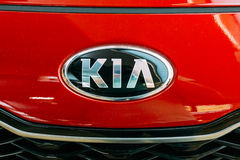 Vilnius, Litouwen Dicht Ovaal Logo Of Kia Motors At Rood Hood Of Stock Afbeelding