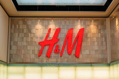 Vilnius Litouwen Dicht Rood Embleem H M Of Hennes en Mauritz Brand Stock Foto's