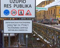 VIlnius, Litouwen - Januari 05, 2017: Ingangsteken aan de Republiek van Uzupis, een bohemic buurt in Vilnius Stock Afbeelding
