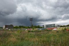 VILNIUS, LITOUWEN - juli 6: Het oude stadion Zalgiris van de Vilniusstad op 6 Juli, 2016, Vilnius, Litouwen Verlaten stadion in V Stock Foto