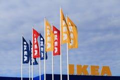 Vilnius, Litouwen - Juli 08, 2017: Kleurrijke vlaggen met Ikea-logboek Royalty-vrije Stock Fotografie